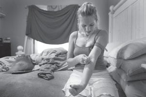 CHEERLEADER TURNS INTO NEEDLE JUNKY — Bree Saghy, 24, injects liquefied oxycodone pills at her Fort Lauderdale, Fla. home. Saghy has been addicted to the painkillers for eight years. Once a cheerleader, Saghy is a stripper who lives with her mom and uses all her money for drugs, which she gets legally from Florida pain clinics. (AP Photo/The Courier-Journal, Kylene Lloyd)